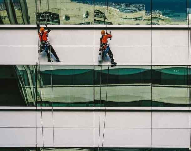 کار در ارتفاع بدون داربست شستشوی شیشه
