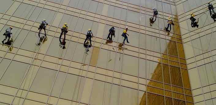 کار در ارتفاع شیشه پاک کردن